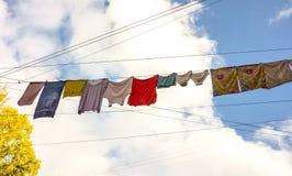 Unterwäschetrockner auf dem Seil zwischen alten Häusern Stockfotografie