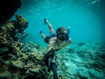 Unterwasser- Weitwinkel-selfie des muskulösen Schwimmers in einem Kristallwasser Stockbild