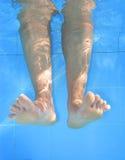 Unterwasserabbildung der Fahrwerkbeine auf dem Schwimmbad. Lizenzfreie Stockbilder