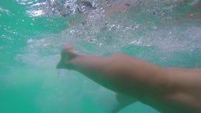 Unterwasseransicht der Mannschwimmens in Richtung zur Kamera in der Zeitlupe stock footage
