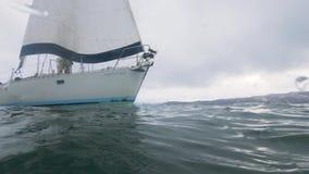 Unterwasseransichtseeyachtsegeln im Wasser Segelboot in der Ozeanwasserlinienansicht stock video