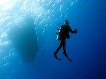 Unterwasseratemgerät-Taucher auf der Methode zurück zu dem Boot Lizenzfreie Stockfotografie
