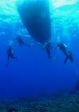 Unterwasseratemgerät-Taucher auf einem Sicherheits-Anschlag Stockfotografie