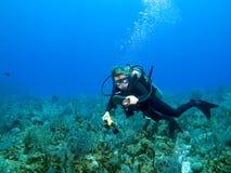Unterwasseratemgerät-Taucher, der Lehren überprüft Stockbild