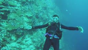 Unterwasseratemgerät-Taucher Unterwasser stock video footage