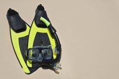 Unterwasseratemgerät und schnorchelnder Hintergrund Stockfoto