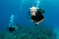 Unterwasseratemgerättaucher auf einem Sturzflug Stockfotos