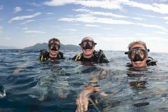 Unterwasseratemgerättaucher auf Oberflächenbefor Sturzflug lizenzfreie stockbilder