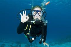 Unterwasseratemgerättaucher bildet OKAYzeichen Stockfoto