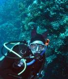Unterwasseratemgerättaucher der jungen Frau Lizenzfreie Stockbilder