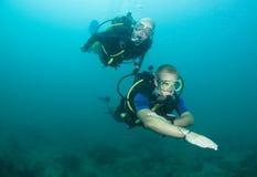 Unterwasseratemgerättaucher, der Kompaß verwendet Lizenzfreies Stockbild