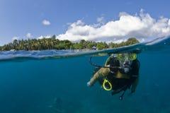Unterwasseratemgerättaucher an der Oberfläche Stockfotografie