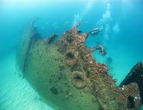 Unterwasseratemgerättaucher erforschen ein Wrack im Indischen Ozean Stockfoto