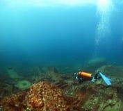 Unterwasseratemgerättaucher erforscht ein Wrack im Indischen Ozean Stockbilder
