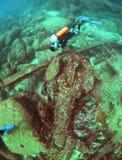Unterwasseratemgerättaucher erforscht ein Wrack im Indischen Ozean Stockfotos