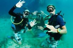 Unterwasseratemgerättaucher erlernen den Sturzflug, der grob ist und sind glücklich Lizenzfreies Stockbild