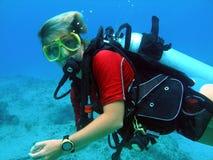 Unterwasseratemgerättaucher genießt sonnigen Sturzflug lizenzfreies stockfoto