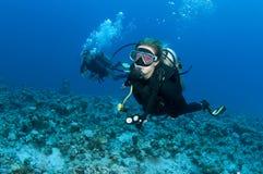 Unterwasseratemgerättaucher mit roter Schablone Stockfotografie