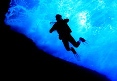 Unterwasseratemgerättaucher sihouette von unterhalb stockfotos