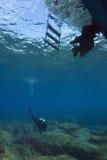 Unterwasseratemgerättaucher u. Sturzflugboot Lizenzfreie Stockbilder