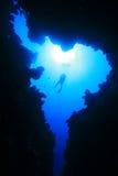 Unterwasseratemgerät-Taucher und Schlucht Stockfotografie