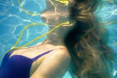 Unterwasserbild der Schwimmenfrau Stockbild
