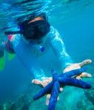 Unterwasserfoto der Frau lizenzfreie stockbilder