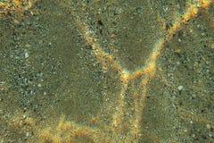 Unterwasserfoto, flacher Meeresgrundboden gesehen von der Spitze, Lichtbrechung, die Regenbogengrellen glanz auf Sand macht Abstr lizenzfreie stockfotografie