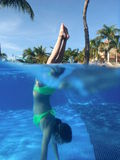 Unterwasserhandstand Stockfoto