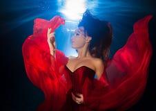 Unterwasserjunges Mädchen des fotos recht mit dem dunklen langen Haartragen Lizenzfreie Stockbilder