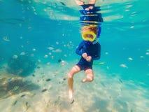 Unterwassernaturkunde, Junge, der im klaren blauen Meer schnorchelt stockfotos