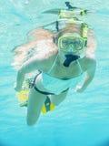 Unterwasserporträt einer Frau, die im klaren tropischen Meer schnorchelt Lizenzfreies Stockfoto