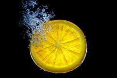 Unterwasserscheibe der orange Zitrone mit Wasser Bubles lizenzfreie stockfotos