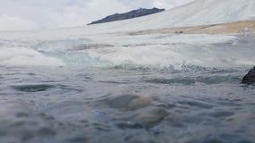 Unterwasserschuß von Glazial- Fluss auf die Oberseite des Berges stock video footage