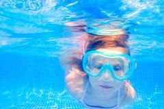 Unterwasserschwimmen des blonden Kindmädchens im Pool Lizenzfreie Stockbilder