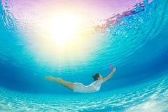 Unterwasserschwimmen mit Blumen Stockbild