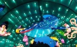 Unterwasserszene mit Wal am chinesischen Laternenfestival lizenzfreies stockfoto