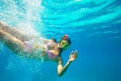 Unterwassertrieb eines Schnorchelns junger Dame Stockbild