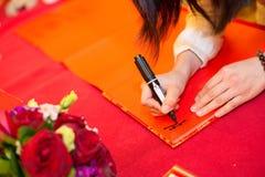 Unterzeichnen auf dem Guestbook in einer Hochzeit Stockfotografie