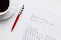 Unterzeichnen der Draufsicht der Vereinbarung über weißen Hintergrund Stockfotos