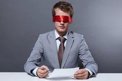 Unterzeichnen der Papiere Lizenzfreie Stockfotos