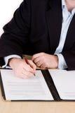 Unterzeichnen des Vertrages Lizenzfreies Stockfoto