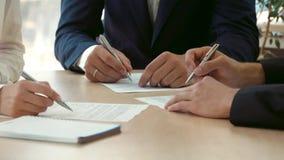 Unterzeichnen des Vertrages