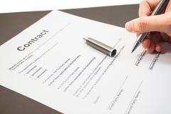 Unterzeichnen eines Geschäftsvertrages Stockbild