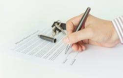 Unterzeichnen eines Hausmietvertrages Stockbilder