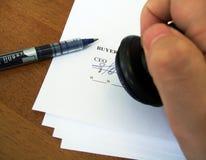 Unterzeichnen eines Vertrages Lizenzfreie Stockfotografie