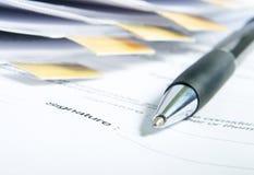 Unterzeichnen eines Vertrages. Lizenzfreie Stockfotografie