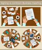 Unterzeichnen eines Vertrages Lächelnder Geschäftsmann unter Verwendung des Laptop cmputer am Schreibtisch und Unterhaltung mit e stockbilder