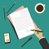 Unterzeichnen eines Vertrags (Hand mit Stift) Lizenzfreie Stockfotos