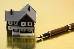 Unterzeichnen Ihrer Hypotheken-Papiere Lizenzfreie Stockfotos